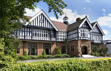 Select motor racing silverstone and coventry hotels travel packages for Hotels near warwick castle with swimming pool